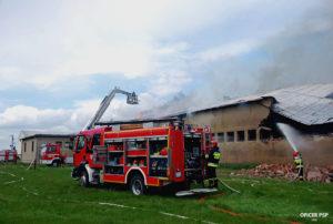 pozar hali woz strazacki 300x202 - Pożar w owczarni