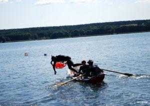 skok do wody ratownik strażak łódka