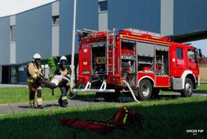 strazacy ewakuacja poszkodowanego 300x202 - Ćwiczenie obronne