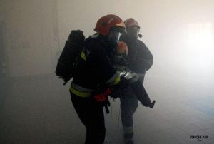 strazacy ewakuacja poszkodowany zadymienie 300x202 - Ćwiczenie obronne